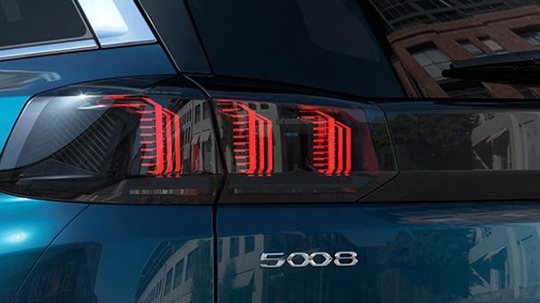 New PEUGEOT 5008 SUV: 3-claw rear lights