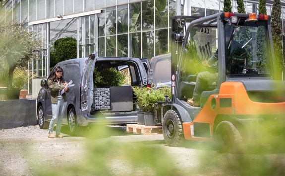 NEW PEUGEOT PARTNER: payload up to 1000kg and 2 europallets from STANDARD version