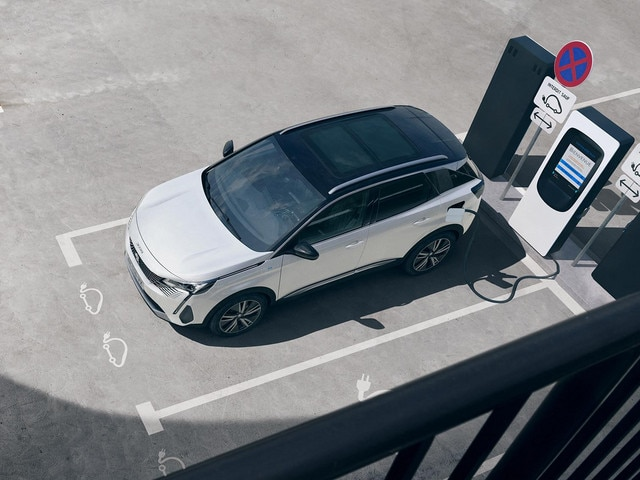 New PEUGEOT 3008 SUV HYBRID – Charging in private car park